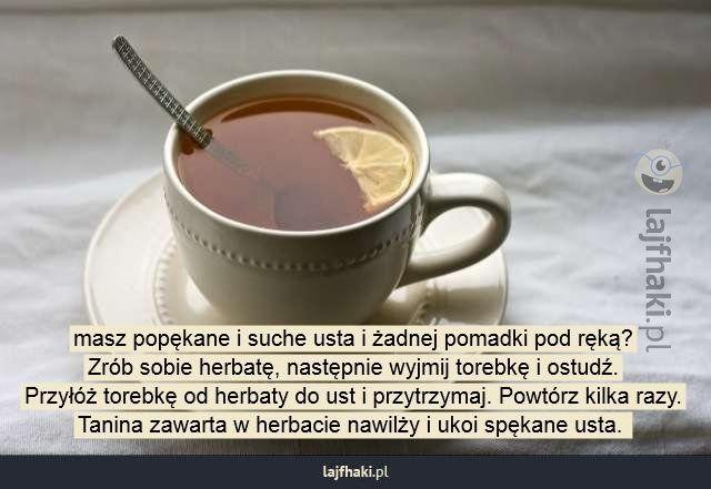 Rada na spękane usta - masz popękane i suche usta i żadnej pomadki pod ręką? Zrób sobie herbatę, następnie wyjmij torebkę i ostudź. Przyłóż torebkę od herbaty do ust i przytrzymaj. Powtórz kilka razy. Tanina zawarta w herbacie nawilży i ukoi spękane usta.