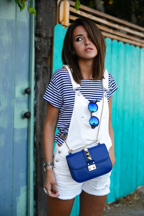 Den Look kaufen: https://lookastic.de/damenmode/wie-kombinieren/t-shirt-mit-rundhalsausschnitt-kurze-latzhose-umhaengetasche-sonnenbrille-uhr/3083 — Weißes und dunkelblaues horizontal gestreiftes T-Shirt mit Rundhalsausschnitt — Weiße Kurze Latzhose aus Jeans — Blaue Leder Umhängetasche — Silberne Uhr — Blaue Sonnenbrille