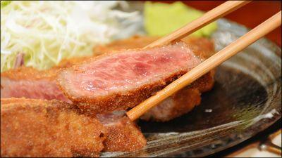 口の中でとろけるやわらかな牛肉ロースかつを生醤油や特製山わさびソースで食べられるのが「牛かつ 壱弐参」です。かつの揚げ時間はたったの60秒なので火の通り具合はめちゃくちゃレアで、「まるで刺身を食し