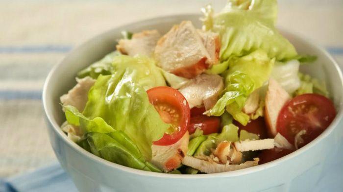 Салат с курицей под горчичной заправкой — отличный вариант для быстрого обеда или легкого ужина! Главный секрет — легкая и вкусная заправка.