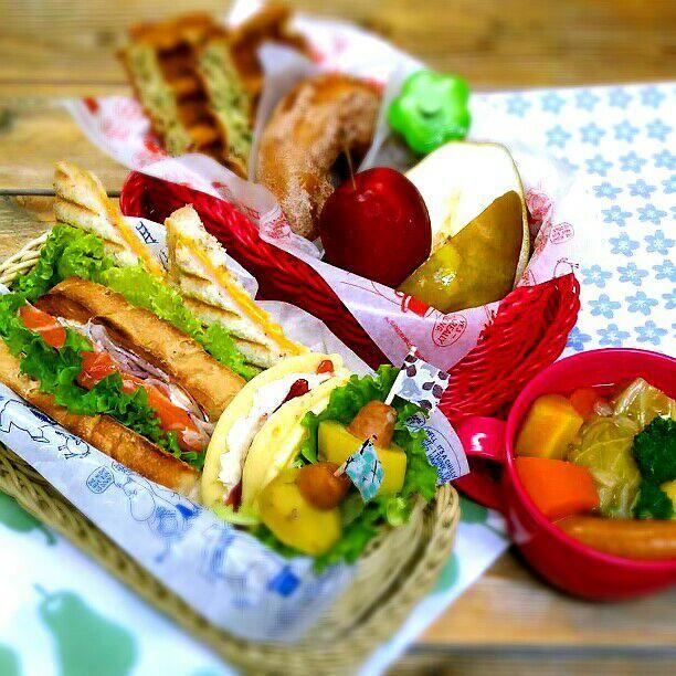 今日はペア弁当♪  旦那さんは   ハム&チーズのパニーニ   サーモンマリネ&紫玉ねぎサンド   ジャムバターサンドのパンケーキ   ポトフのじゃが&ウインナー  私は   ブロッコリーとベーコンのワッフル   シナモンドーナツ   洋梨とりんご   ポトフ  おはようございます♪ ビタントニオ出したら使いまくるわよお弁当です(≧∇≦) ポトフは食べたいけどスープはいらんという旦那さんには中身のじゃが&ウインナーだけ持っていってもらいます(^o^) - 46件のもぐもぐ - 今日のお弁当♪ by kyuja