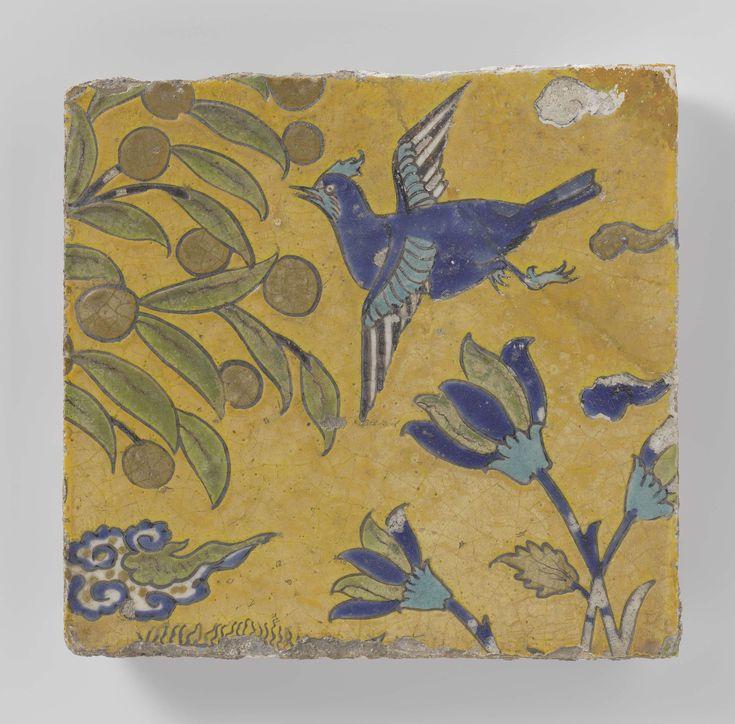 Anonymous | Vierkante tegel met een vogel en bloemen, Anonymous, 1600 - 1699 | Kwarts-fritgoed tegel gedecoreerd met vliegende vogel, bloemen en een Chinese wolk in blauwe, witte, zwarte, groene en turquoise glazuren. De achtergrond is geel