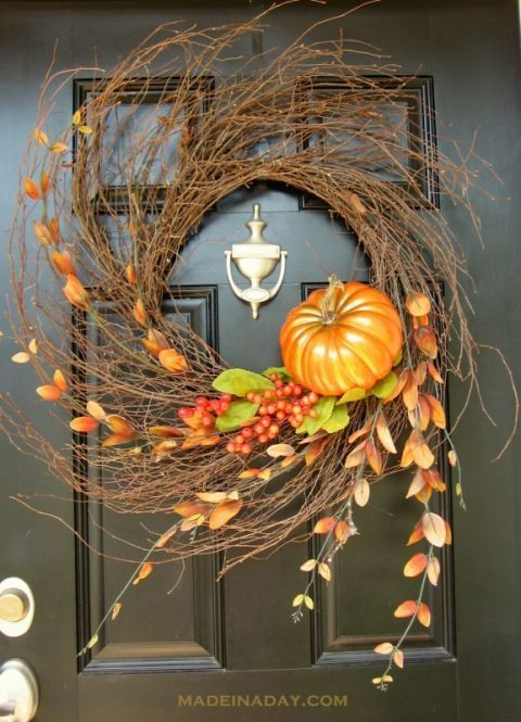Autumn Wispy Wreath: If you're looking for a wreath that is simple to make yet offers a dramatic statement, this is the perfect fall accessory to spruce up your front door. Click through to find more DIY, easy, and pretty fall wreaths.