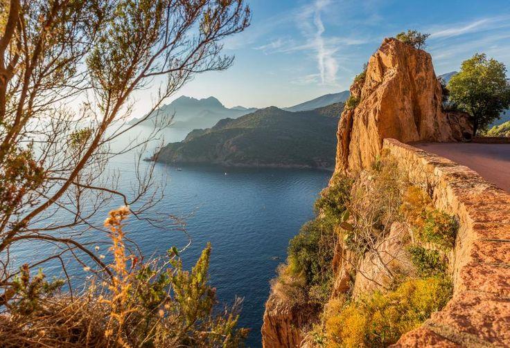 Oui, ce paysage époustouflant se trouve bien en France, et plus précisement en Corse. Les golfes de Porto, de Girolata, les calanches de Piana, autant de bijoux qui font de la réserve naturelle de Scandola un paysage impressionnant dans lequel se niche une riche vie marine, et une végétation de maquis remarquable. ROBERT PALOMBA / ONLY FRANCE / AFP