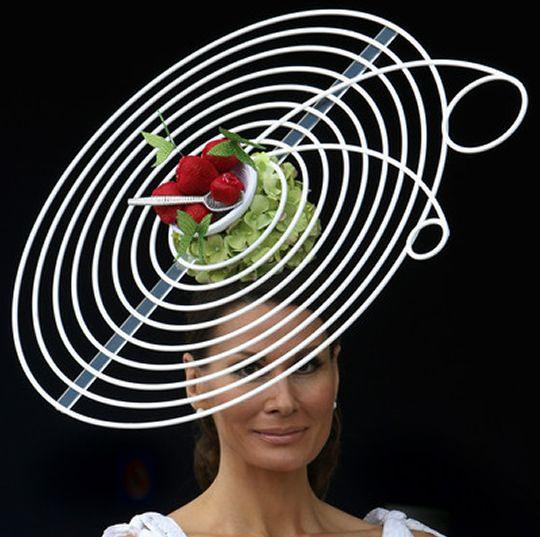 Tocadas por la extravagancia.  #sombreros #hats #ascot http://www.pingletonhats.com/