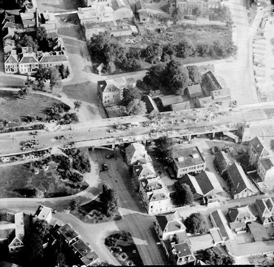 Arnhem: Een luchtfoto van de RAF, gemaakt op 18 september 1944. De oprit staat vol vernielde Duitse voertuigen. Onder het viaduct de toenmalige Marktstraat,