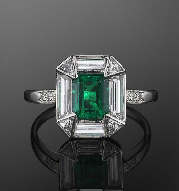 Anillo de Platino Esmeralda y Diamantes, c. Años veinte Una esmeralda cuadrada se fija en un halo de la baguette y de diamantes triangulares en un montaje del platino.