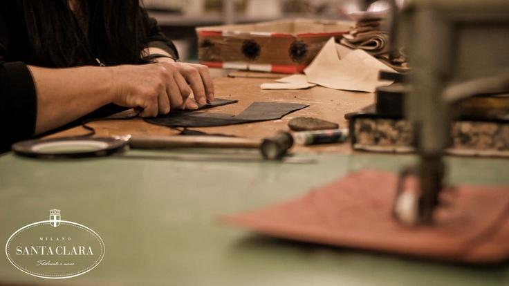 Mani sapienti che lavorano i nostri pellami. Santa Clara è sinonimo di qualità www.santaclaramilano.com