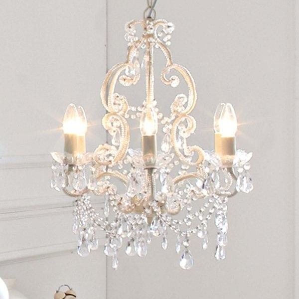Kronleuchter in Weiß mit dem besonderen Etwas: Das Metall ist überbordend dekoriert mit transparenten Kunststoffanhängern. 6 x max. 40 W/E 14 (exklusive). Höhe ca. 60 cm, Ø ca. 48 cm, Aufhängung ca. 55 cm.