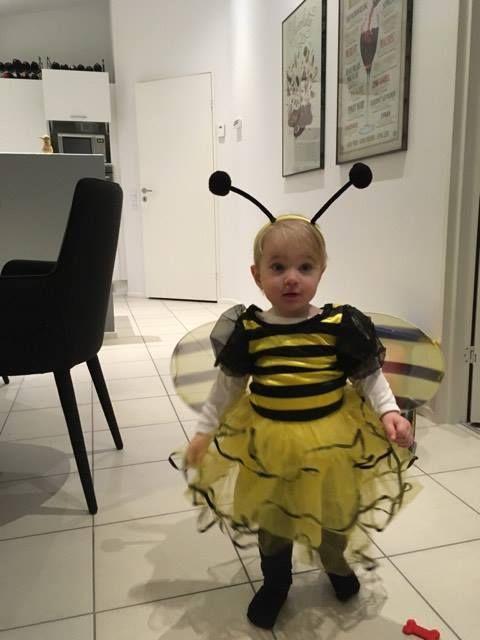 En glad lille Lia, som i sidste uge vandt denne fine fastelavnsudklædning som humlebi. #Kundernesbilleder #Vihardetsjovt #Legebyen #LegebyenDK #Udklædning #humlebi #fastelavn2017