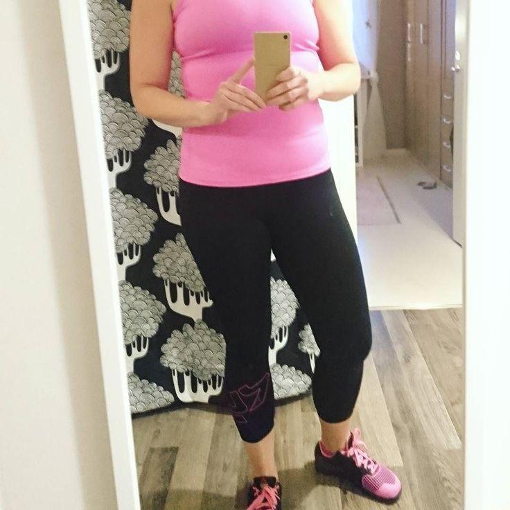 Finns väl ingen anledning att inte matcha bara för att man tränar hemma?  Invigde nya byxorna från @rohnisch Tyvärr måste jag säga att mina billiga byxor från HM sitter bättre  De här passar nog inte min kropp. Inget att hoppa i!  I alla fall har jag avklarat ett bra pass hemma!  #träningskläder #röhnisch #rosa #fråntopptilltå #hemmaträning #tabata #kostologik #kostologik30 #hälsa #glutenfritt #lågkolhydratkost #lchf #lowcarb #paleo #mejerifrilchf #angelicas30dagarsutmaning by…