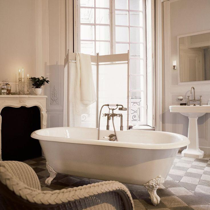 Pehmeä tunnelmavalaistus tekee kylpyhuoneesta kutsuvan. Hana ja suihkusetti: Axor Montreux │ Laattapiste