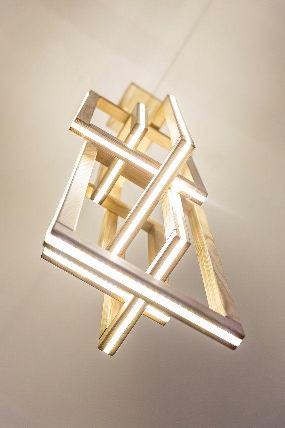 Il nostro primo modello! il è alcuni piccoli stride su un legno che non sono visibili dal pavimento. Fatta a mano! Plance di legno fissate con laltro e ciascuno ha stip LED allinterno. Modello Lampada a sospensione in massello di frassino Dimensioni h78cm L32cm W32cm Materiale In legno massello Luce Striscia LED 8m (tra cui striscia Led e led adattatore) Tensione in ingresso 110V - 220v Lunghezza del cavo max di 140cm (lunghezza del cavo è regolabile) Peso apr. 5kg Contenuto della confez...