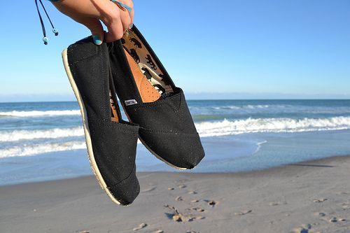 i want some plain black toms size 8 please ✌️
