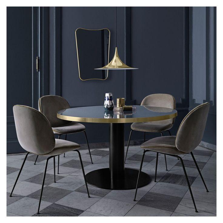 L'assise et le dossier de la chaise Beetle sont créés en utilisant la technique du placage stratifié moulé, ils sont recouverts d'un très beau velours vert , avec un détail de passepoil. Le piétement en contraste est fabriqué en laiton