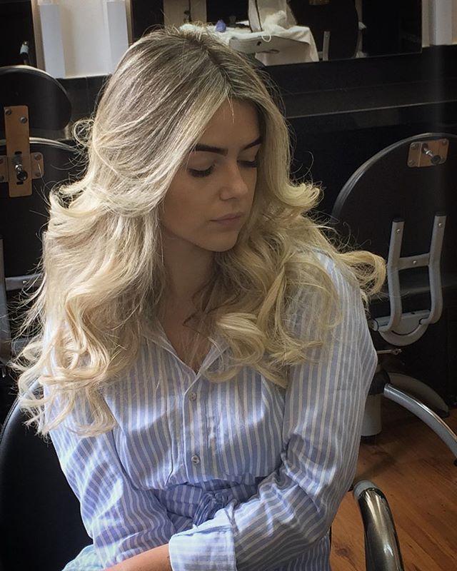 WEBSTA @ simonekerley - 🌷🌷 Dia de retocar o loiro da linda  @thatiaraujo alem acrescentar umas mechinhas de extensões adesivas pra dar volume e corpo nesse cabelo maravilhoso !😱😱#blond #blonde #blondhair #blondie #megahairbh #megahair #extension #extensions #extensionhair #megahairbh #hotheadsbh #olaplex #olaplexbrasil #olaplextratament