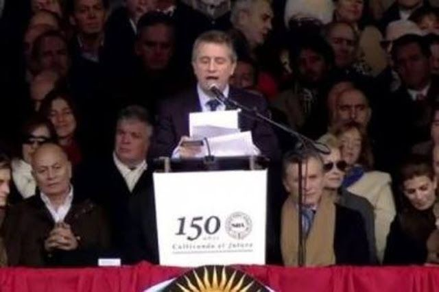 """MACRI Y VENEGAS EN INAUGURACION DE LA RURAL: DONDE INSULTARON A ALFONSIN APLAUDIERON A MACRI    Las tribunas de la Rural se encendieron con el grito de """"Sí se puede"""" Hubo un clima festivo en las tribunas y una fuerte presencia empresarial; los funcionarios fueron aplaudidos. Banderas argentinas que se agitaban gritos de """"Viva la patria"""" mezclados con """"Sí se puede"""" y aplausos al ingreso de funcionarios marcaron el tono de alegría del acto de inauguración de la Exposición Rural de Palermo…"""
