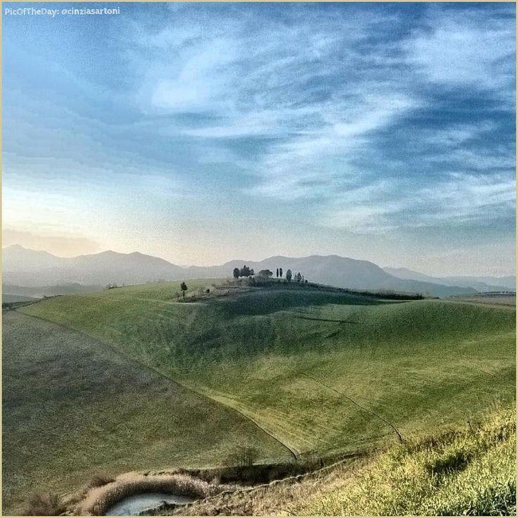 Panorami d'ambra, verde e blu. La #PicOfTheDay #turismoer di oggi respira l'aria fresca delle dolci colline di #Imola. Complimenti e grazie a @cinziasartoni / Landscapes of amber, green & blue. Today's #PicOfTheDay #turismoer breathes the fresh air of the gentle #Imola hills. Congrats and thanks to @cinziasartoni