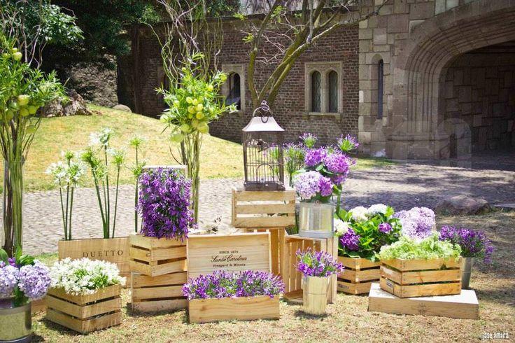 Arreglos florales en huacales, cajas de madera, botes de lechero, Jaulas de pájaros.