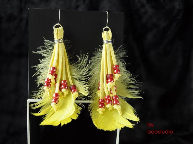 Boho leather earings - długie i efektowne kolczyki w stylu boho wykonane z żółtego zamszowego rzemienia, żółtych piórek i koralików Preciosa w kolorze czerwonym, na srebrnym (925) otwartym biglu. Długość ok.11 cm.