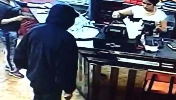 VIDEO: Ladrón armado robó en una sandwichería: El sujeto, con el rostro cubierto, redujo a dos empleadas. #Salta #Metán #Robo #Sandwichería…
