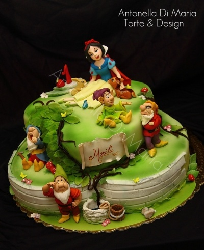 Snow white and the....4 dwarfs ;) By ninettaduci on CakeCentral.com