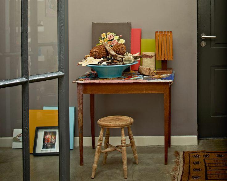 Pour un espace de travail arty, jouez-la relax. Comme ce tabouret et ce bureau vintage, la gamme éclectique de nuances taupe pastel et de bleu-gris soutenu crée une ambiance arty et casual.