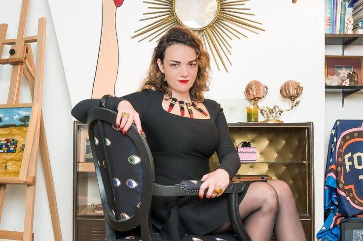 Sonnenkönigin auf Augensessel: Yaz Bukey in ihrem Pariser Apartment