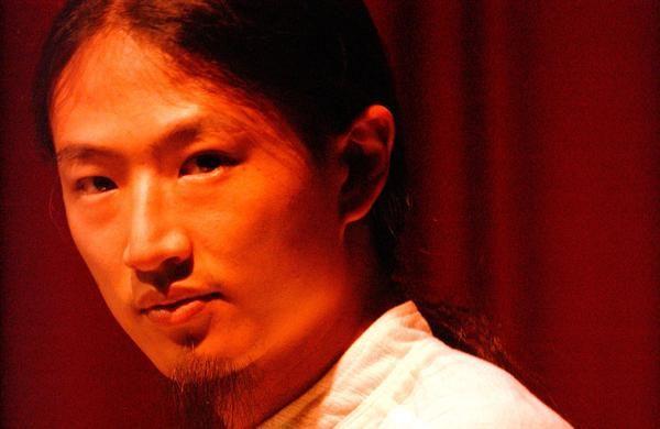 Dia 29 de junho, às 21h, o cantor Dudu Tsuda se apresenta no Sesc Pompeia no projeto Prata da Casa. Desde que começou a atuar em música, na primeira metade dos anos 2000, o paulistano Dudu Tsuda já integrou quase duas dezenas de bandas diferentes.