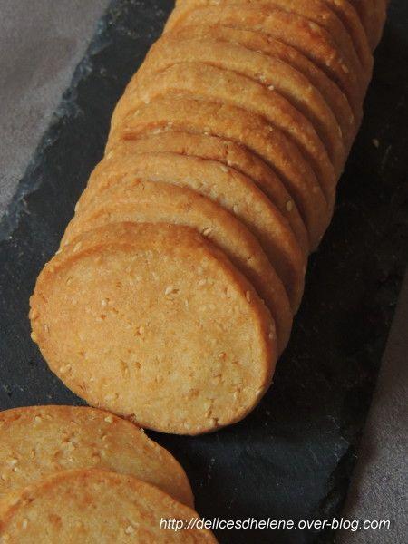 Pour l'apéritif, succombez à ces petits gâteaux sablés et goûteux, au bon goût de fromage... +   Une recette trouvée chez Piment Oiseau. Pour 30 à 40 biscuits 100g de beurre 1/2 sel (à température ambiante) 150g de comté râoé 120g de farine 2 cuil. à soupe...