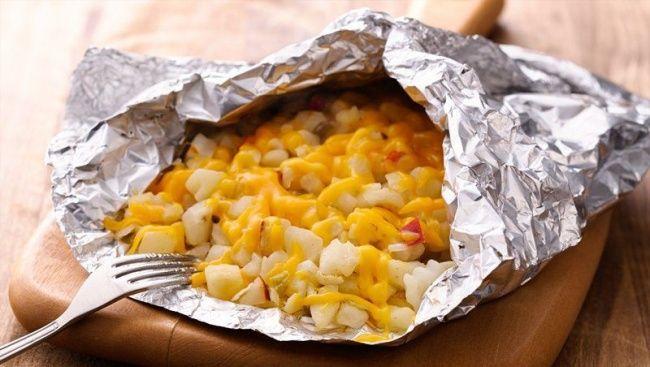 700 г замороженного картофеля 1 ст. л. растительного масла 1/2 ч. л. соли 100 г сыра чеддер