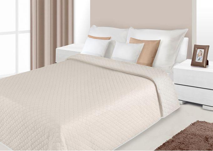Jednokolorowa narzuta w kolorze beżowym na łóżko