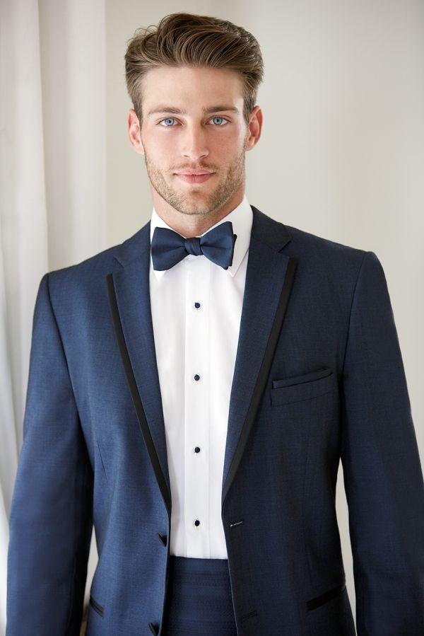 (Foto 8 de 13) Detalle de este diseño en azul oscuro y ribeteado en negro, Galeria de fotos de Trajes de novio elegantes para una boda clásica