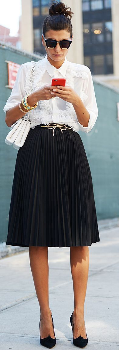 Carolines Mode - Giovanna Battaglia - Black And White With Hint Of Gold Celebrity Street Style Inspo