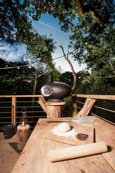 Vasca idromassaggio, sauna, una doccia panoramica e un forno a legna per cuocere pane e pizze: non si tratta di una extra-villa affacciata su una spiaggia esotica, ma di una piccola e lussuosa casa sull'albero costruita vicino a Axminster nel Dorset dotata di ogni comfort ma realizzata nel pieno rispetto dell'ecosistema del bosco (Ipa)