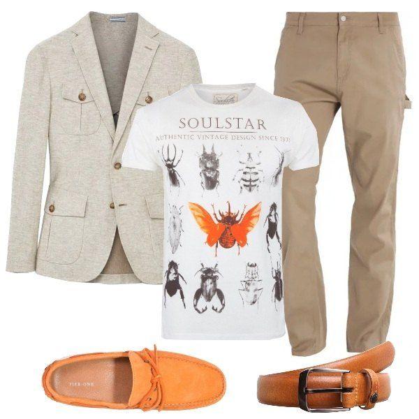 Outfit sui toni del beige, sabbia ed ecrù; la giacca beige è in misto lino, i pantaloni sabbia sono in cotone elasticizzato, la T-shirt ecrù in cotone ha un bel contrasto di stampe, cintura e mocassini sono arancioni, la prima in pelle, i secondi in camoscio.