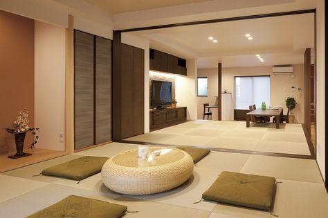 床の間、仏間を設けた6帖の和室から畳リビングへ。襖を閉めて和室を独立させることもできる。来客時に便利。
