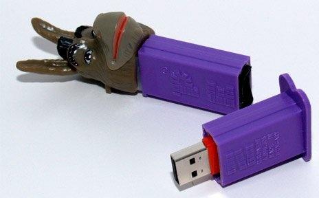 Ce n'est pas un PEZ, ces petits distributeurs de bonbons mais bien des clés USB de 2 à 8 Go - Orange le collectif   http://lecollectif.orange.fr/gadgets/10-cles-usb-aux-fonctionnalites-originales#