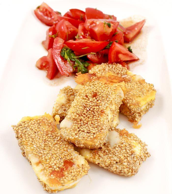 Ein schnelles vegetarisches Low Carb Rezept für Camembertstreifen in Sesampanade mit einem Tomaten-Koriander-Salat.