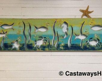 Pescado de madera escuela de arte Panel muestra pared decoración Vertical Driftwood o mar cristal colores playa lago casa cabaña casa rural por CastawaysHall  Hecho a la medida. Por favor permita hasta 10 días hábiles producir antes de enviar.  Una nueva obra de arte de CastawaysHall hecha para parecer el colorante de colores de vidrio flotante o el mar. Ideal para la casa de playa o lago, cabaña, casa rural o el entusiasta del pescado. Una escuela centrada de los peces en su camino en algún…