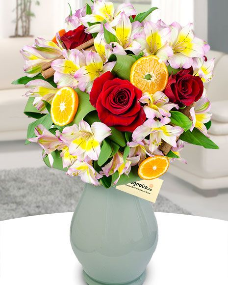 Buchet de iarnă cu trandafiri și alstroemeria, decorat cu flii de portocală. Winter bouquet with red roses, Peruvian lilies and decorated with orage slices
