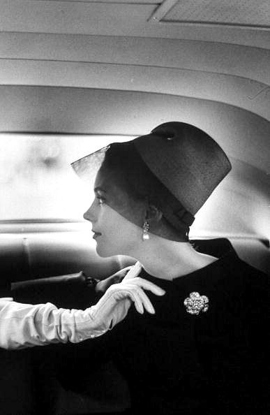 1959. Cocktail hat with stiffened gauze visor by Adolfo of Emme. Photo by Alan Sharland (B?)