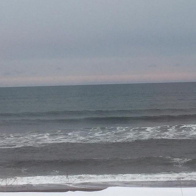 【nobu8190】さんのInstagramをピンしています。 《オホーツク海🌊 #オホーツク海#北海道#網走#駅に停車中の列車から撮影#流氷見たかった#釧路まで普通列車で3時間#帯広まで5時間#海》