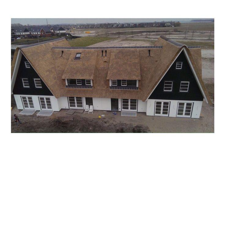 Dit prachtige rijtjes woningen mochten wij morrenrietdekkersbedrijf voor zien van mooie nieuwe  rietendak #riet #rietendak