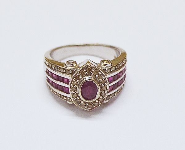 Inel cu rubine și mici diamante/ Ring with rubies and small diamonds