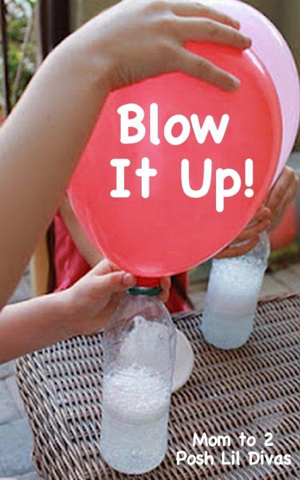 Plastic flesvullen met 1/3 azijn,vervolgens doe je een trechter in de ballon en vult deze voor de 1/2 met soda. Doe de ballon met de opening op de fles met azijn en laat de soda in de azijn vallen. De ballon gaat zich vullen met gas. .