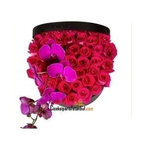 Kutuda 41 adet kırmızı güller ve 1 dal fuşya renk orkide çiçeği.