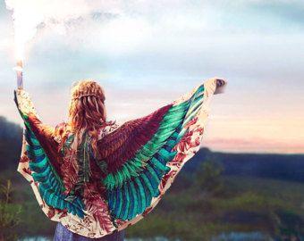 Este alas de búho bohemio único, plumas de ave chal bufanda características:  Pintados a mano y luego impresión digital arte de un búho de día - Pluma de la luz. Se trata de una representación muy detallada de una misteriosa criatura hermosa, mi animal totem favorito. Esta bufanda haría el mejor regalo para tus seres queridos!  Muy versátil, esta bufanda se ve muy bien emparejado con cualquier equipo, tantas maneras de usarlo! Clásica bufanda o chal, parte superior del tubo o la tapa del…