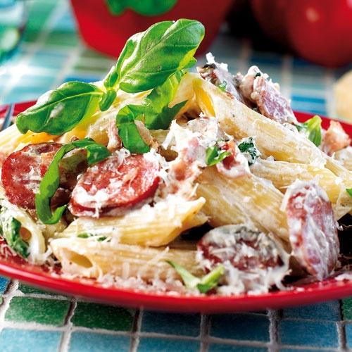 KORV & BACON PASTA Helt klart favoritpastan. Korven jag använder är så klart kryddstark färsk salsicca. Enkel att laga och otroligt god.