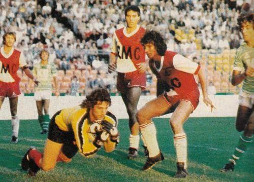 28 juillet 1981, Stade Geoffroy-Guichard (Saint-Etienne). Rolland Courbis protège son gardien mais les vagues vertes auront raison de Monaco (2-0).